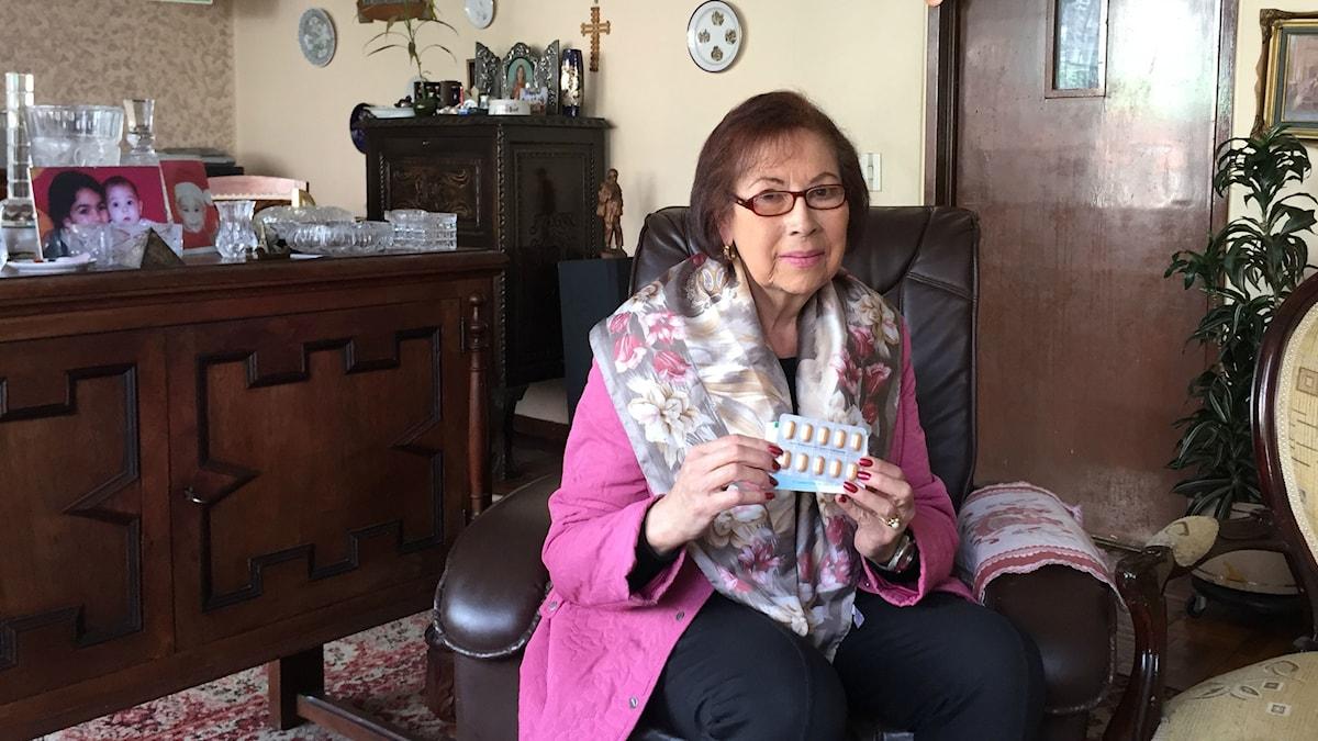 Jag behöver verkligen de här pillren annars dör jag i min blodcancer, säger 77-åriga Benny Pérez de Giraldo i Colombia. Hon räds kriget mellan hälsoministern och Novartis om att pruta eller släppa in kopior.