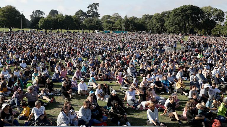 Människor samlade vid en av de många manifestationer mot terrorism som ordnades i Christchurch.