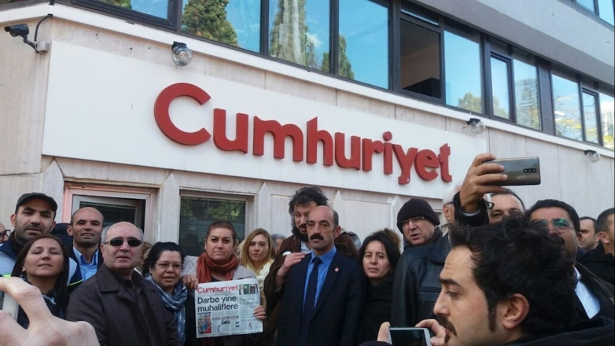Demonstranter utför Cumhuriyets redaktion