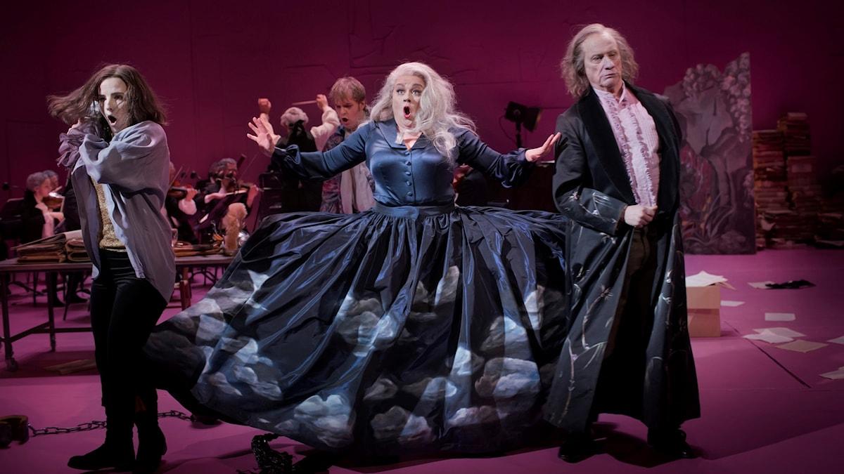 """Frida Österberg, Hillevi Martinpelto och Loa Falkman i föreställningen """"Salieri vs Mozart""""."""