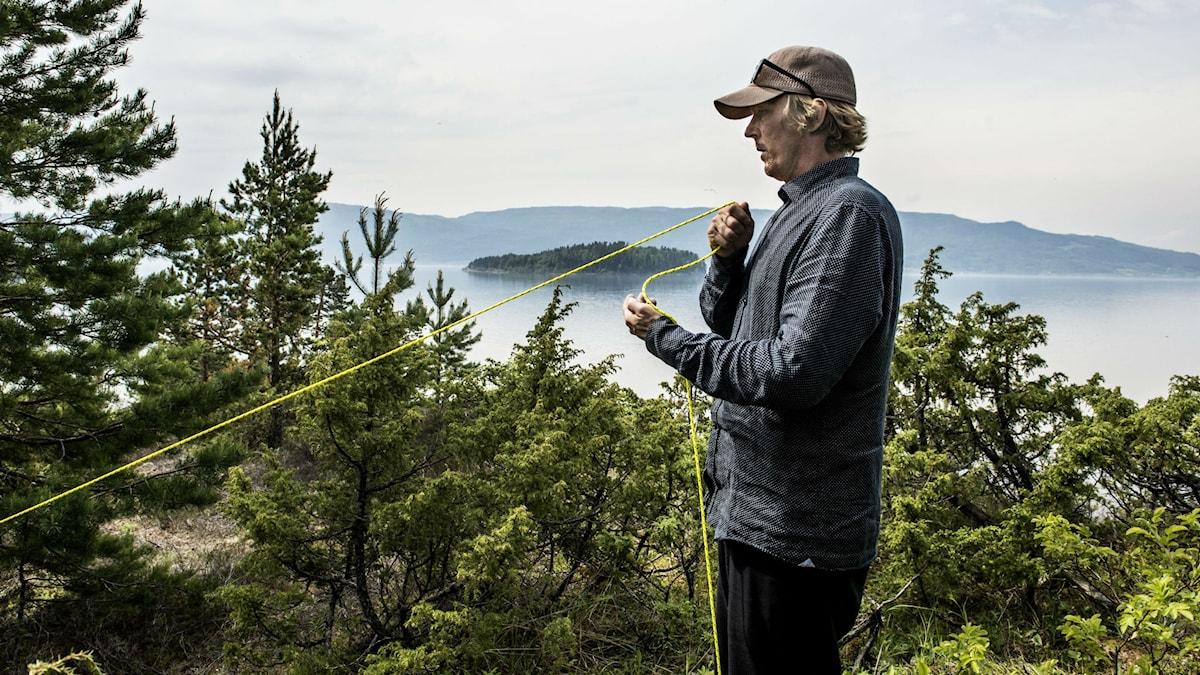 Den svenske konstnären Jonas Dahlberg på platsen för det planerade minnesmonument Memory wound vid Utöya.
