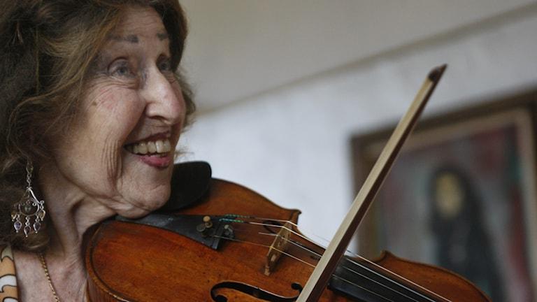 Färgbild på violinsten Ida Haendel med violin.