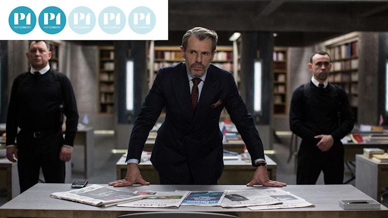 """Förläggaren Eric Angstrom vakar över sina översättare i filmen """"Översättarna""""."""