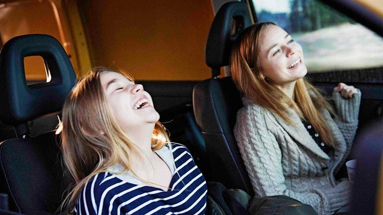 """Varpu och hennes mamma skrattandes i en bil ur den finska filmen """"Little Wing""""."""