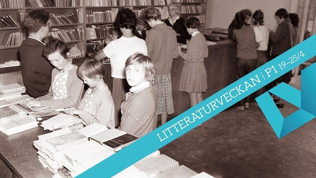 Svartvitt fotografi på barn i ett bibliotek.