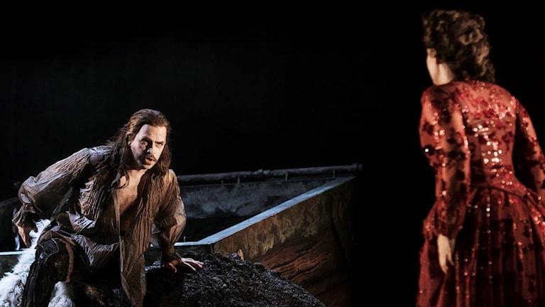 Ola Eliasson som Dracula och Elisabeth Meyer som Minna.