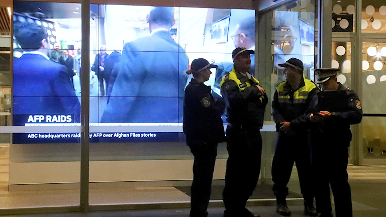 Australiens nationella public service-bolag stämmer landets polis.