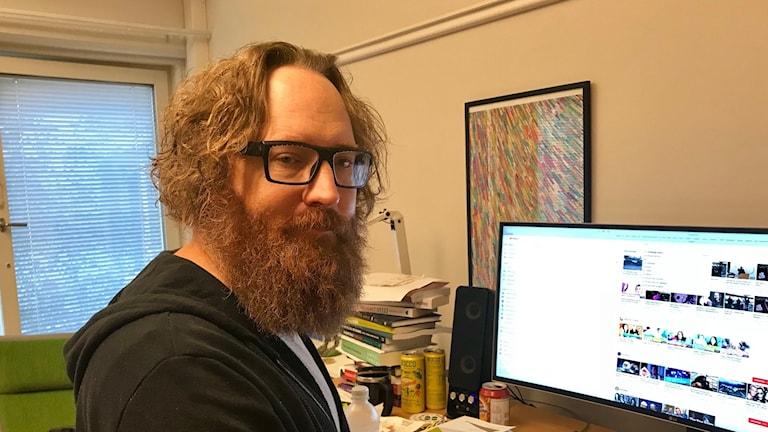 Simon Lindgren vid en dator