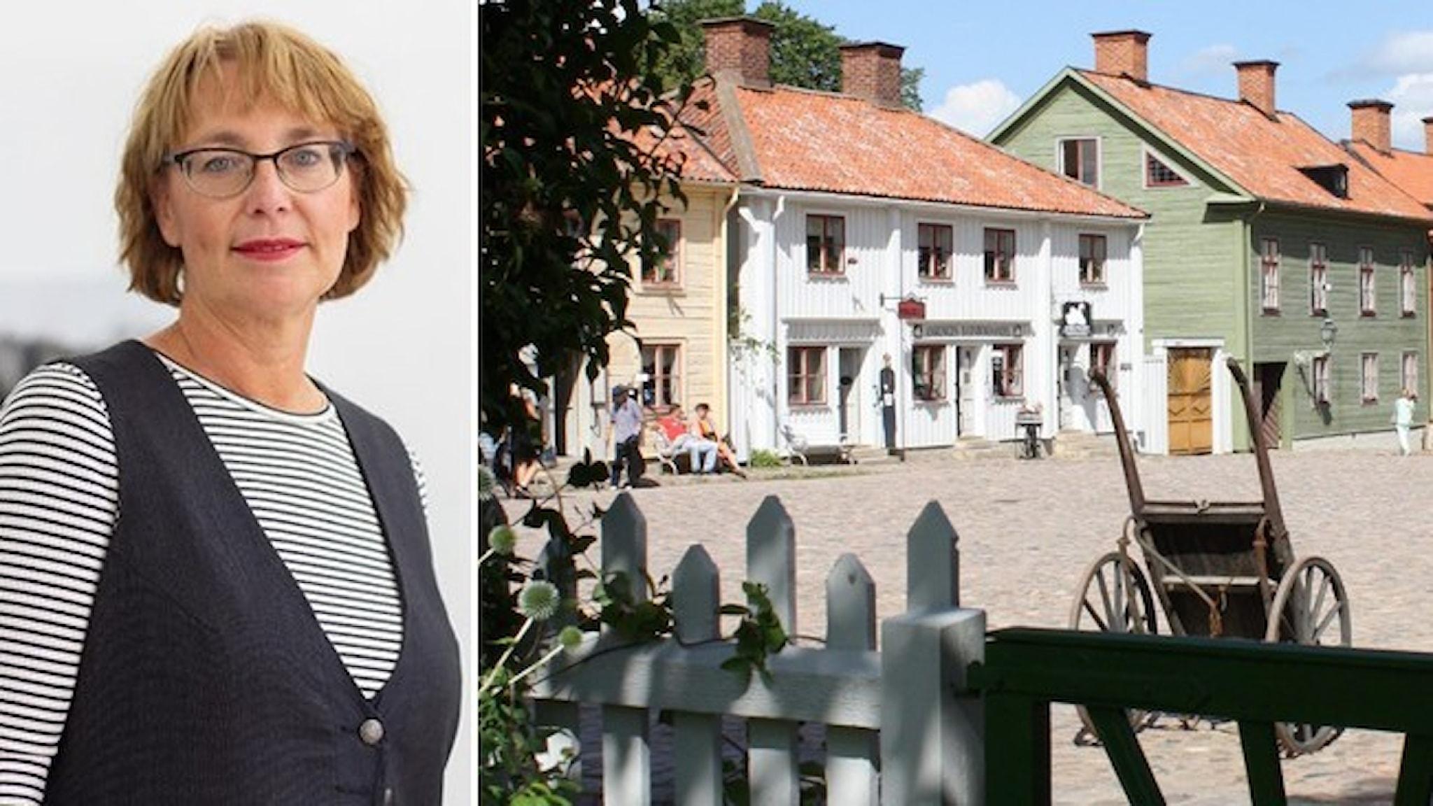 Tina Karlsson From, museichef, klädd i randig tröja och svartväst. Fasaderna till hus i gammal stil vid ett torg med kullersten. I förgrunden en gammaldags kärra.