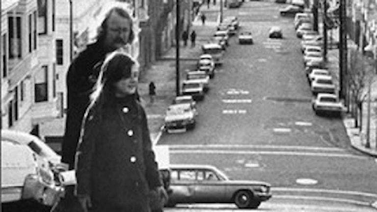 """Richard Brautigan med dottern Ianthe. Del av omslaget till """"Glödlampan bara fortsätter att lysa""""."""