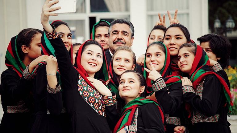 Ahmad Sarmast med några av medlemmarna i Anims kvinnoorkester Zohra.
