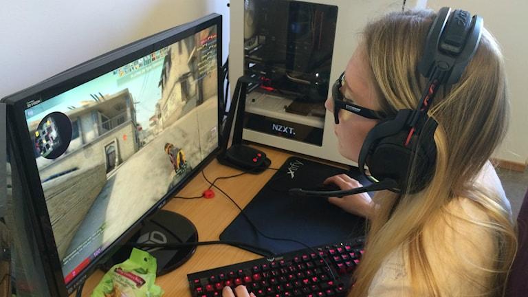 Jessika Nurkkala sitter framför en dator och spelar CS:GO