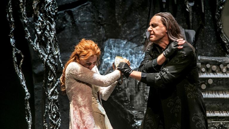 Sofie Asplund och Fred Johansson som Christine och Fantomen i GöteborgsOperans uppsättning av The Phantom of the Opera.