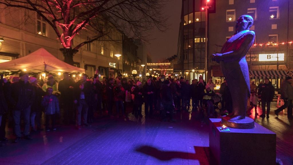 Folkmassa runt staty av Jussi Björling.
