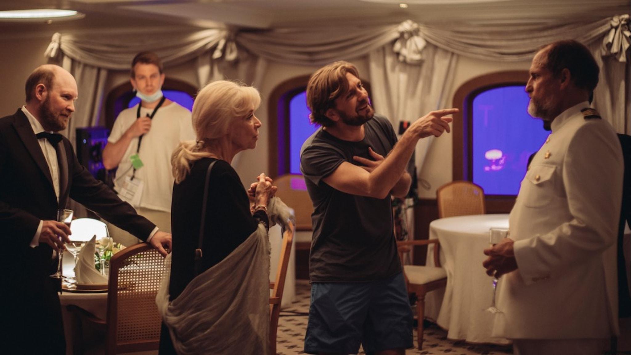 "Ruben Östlund instruerar Woody Harrelson i en scen i nya filmen ""Triangele of sadness""."