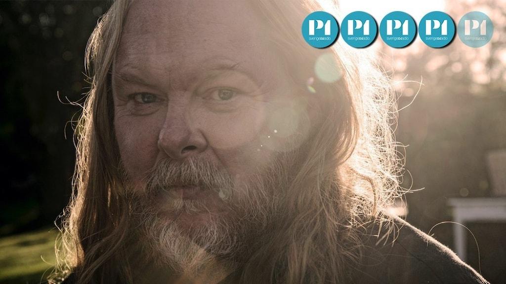 Porträtt i motljus av musikern Mattias Alkberg.