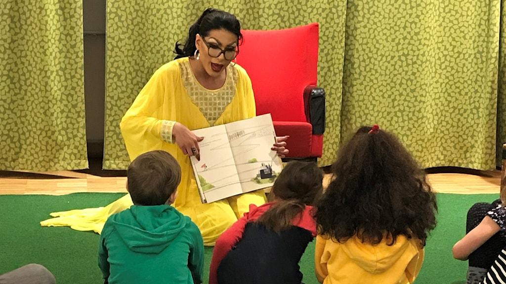 Carlos Romero-Cruz, även Carnita Molida, läser sagor för barnen.