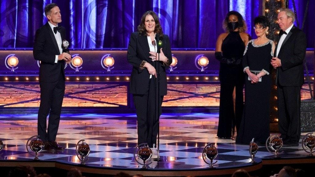 Bill Damaschke och Carmen Pavlovic tar emot priset för bästa musikal på en scen.