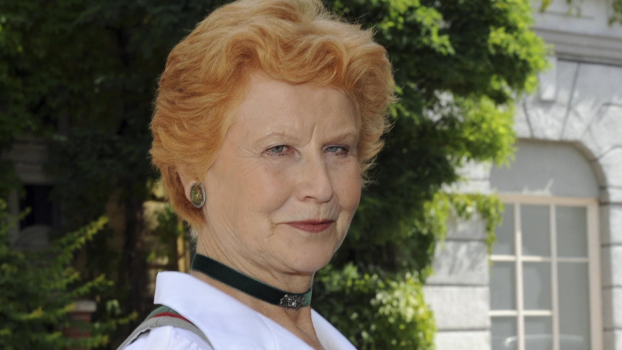 Ansiktet av en kvinna med kort rödblont hår.