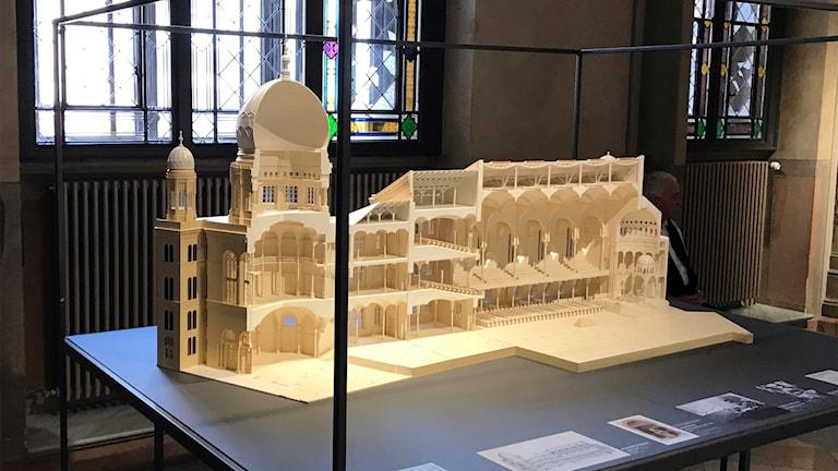 2.Modell av synagogan som den såg ut innan den förstördes under andra världskrigets flygbombningar.