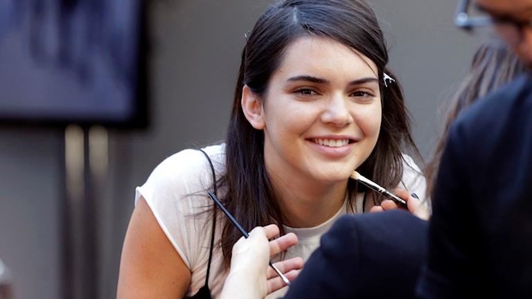 Kendall Jenner blir sminkad under inspelningen av pepsireklamen