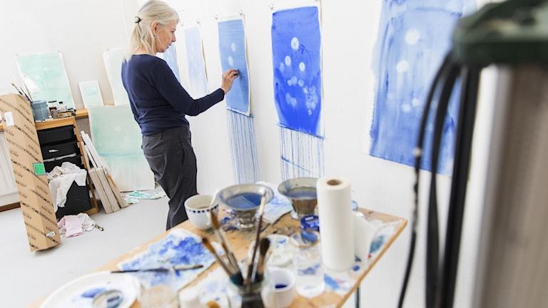 Konstnären Cecilia Edefalk arbetar  sin ateljé.