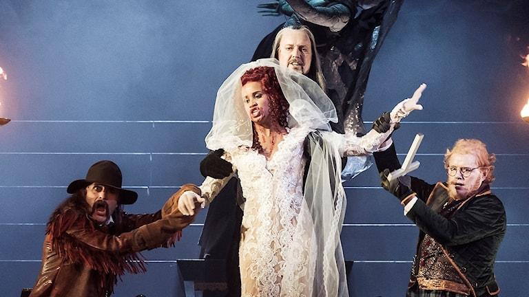 Den 28 oktober har Dracula världspremiär på Kungliga Operan . På bilden: Jon Nilsson som Quincey, Sanna Gibbs som Lucy, Lars Arvidson som Van Helsing samt Johan Edholm som Dr. Seward.
