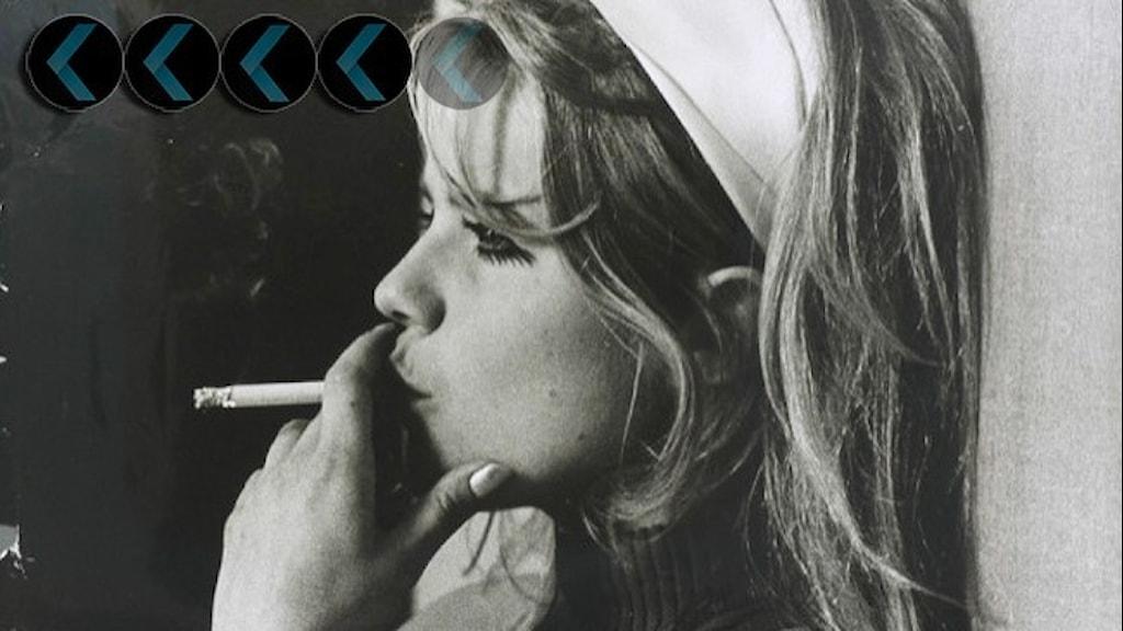 Lena Nyman i profil, röker en cigarett, i håret har hon ett vitt band.