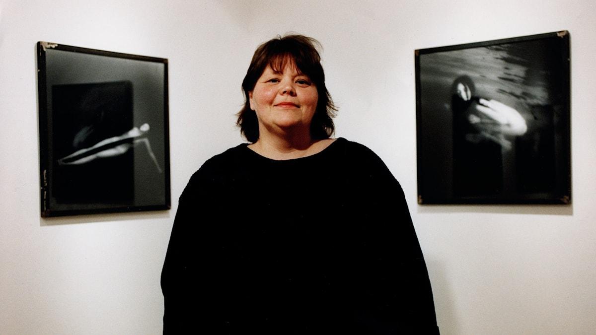 Tuija Lindström framför verket Kvinnorna vid Tjursjön
