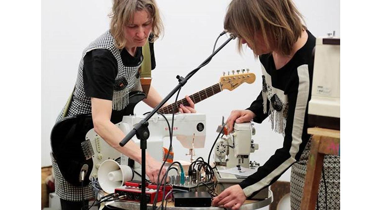 Ulrika Segerberg och Katrin Plavcak soundcheckar med sina två lånesymaskiner. Foto: Pressbild