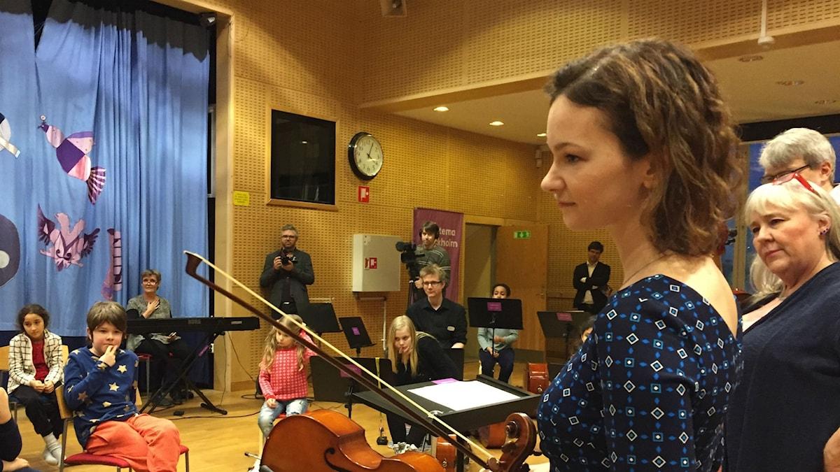 Hilary Hahn och elevernas lärare Berit Gedda lyssnade eftertänksamt på de unga orkestermusikernas frågor.