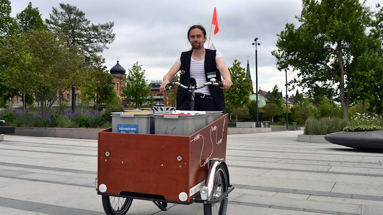 Jon Fällström sköter Umeås pop up-bibliotek. Foto: Peter Öberg; Sveriges Radio.
