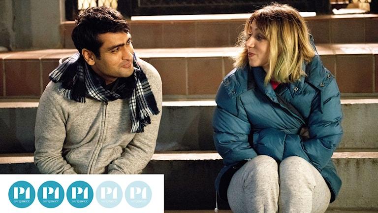 Komikern Kumail Nanjiani som sig själv och Zoe Kazan som hans blivande fru i The Big Sick.