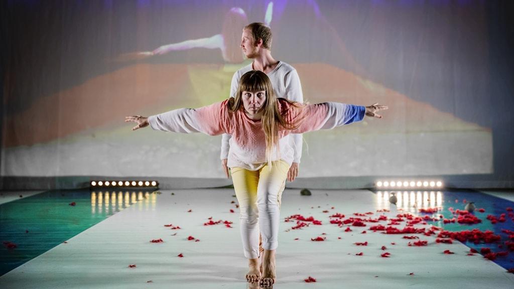 Jenny Schinkler och Mikael Marklund i dansföreställningen Out of Urgency, Moving Barents.