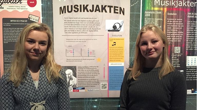 Joanna Krokbäck och Jessica Grafström framför sin poster på Nobelmuseet.