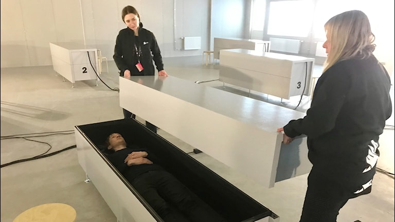 På Göteborgs filmfestival visas filmen Aniara inuti åtta sarkofager.