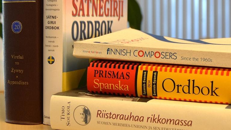 Böcker på finska och engelska. Foto: Peter Öberg, Sveriges Radio.
