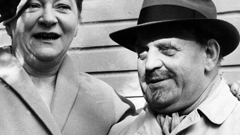 """Hjördis Petterson och Douglas Håge som """"Selma och lille Fridolf"""" 1957."""