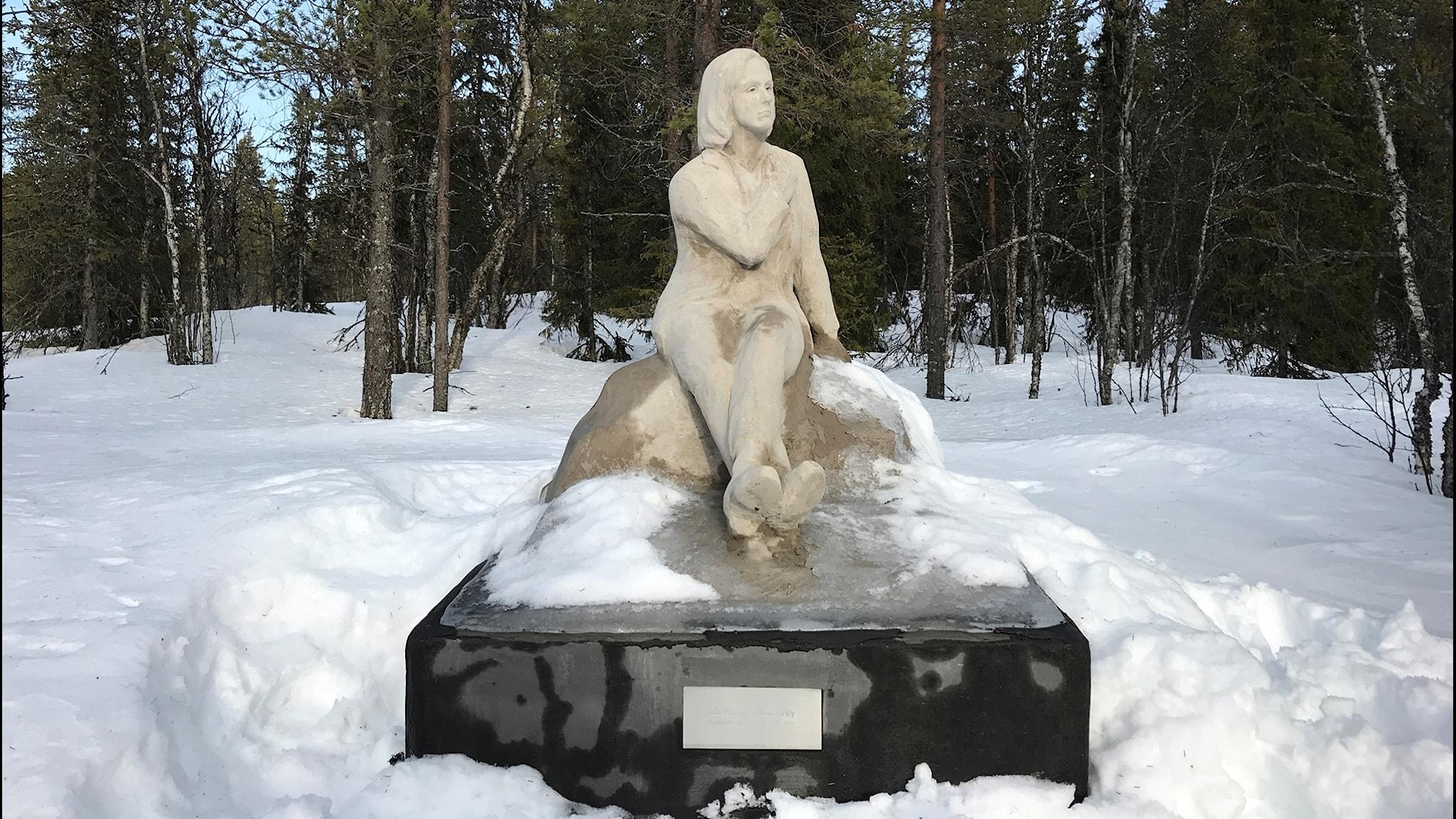 Greta Garbo-staty har börjat spricka, och