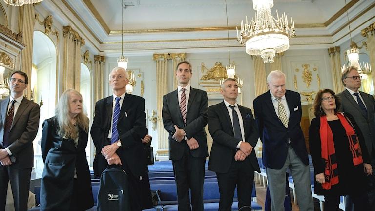 Delar av Svenska akademien inför tillkännagivandet av Nobelpristagarna för 2018 och 2019.
