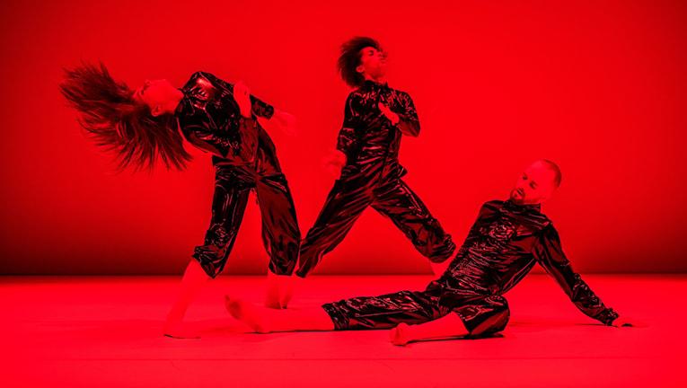 """""""Svart invärtes"""" koreograferad av Maria Carrasco, är en del i Norrdans föreställning """"Alfhild Agrells Arv""""."""