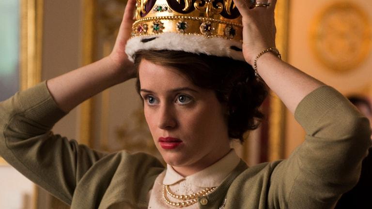 Claire Foy provar känslan av kronan.