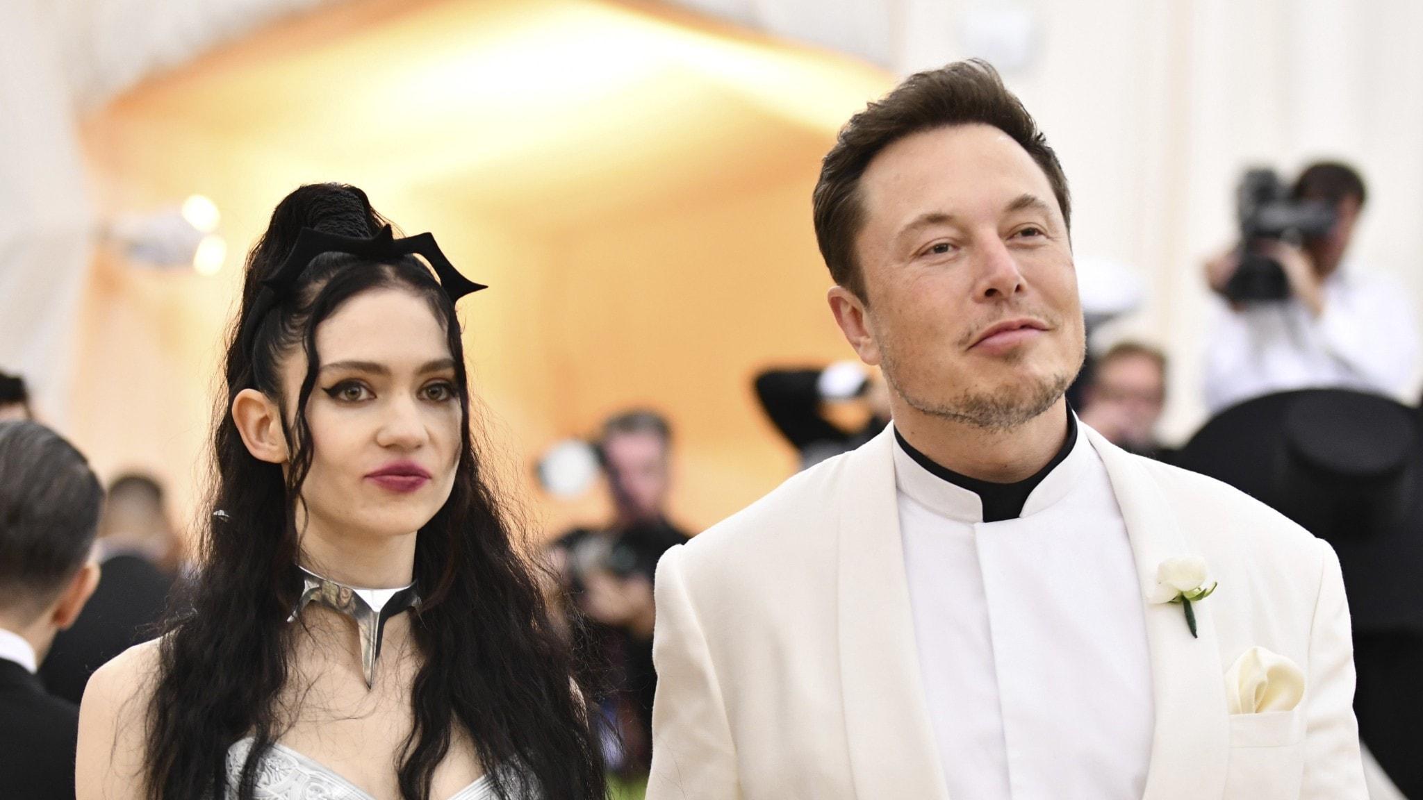 Artisten Grimes, som säljer digital konst, bredvid sin make Elon Musk.