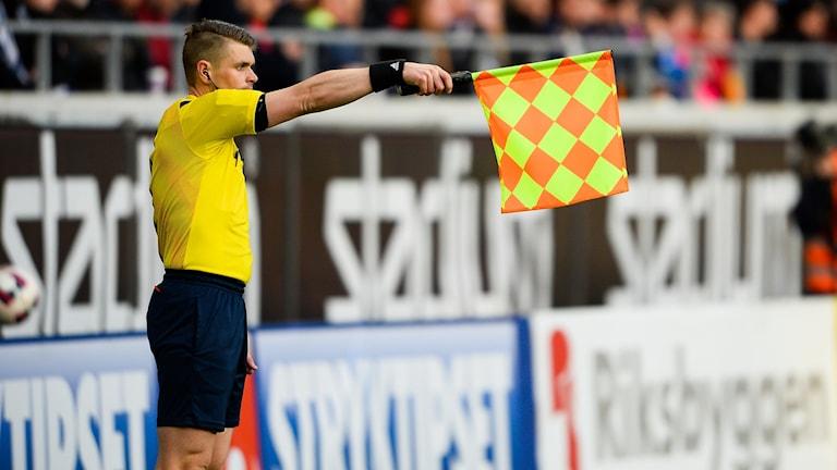 Tobias Wärn, assisterande domare, signalerar för offside.