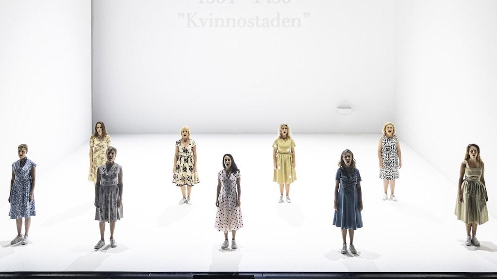 Ensemblen i Dramatens uppsättning av Kvinnostaden består av nio kvinnor, bland andra Lena Endre, Stina Ekblad och Ingela Olsson.