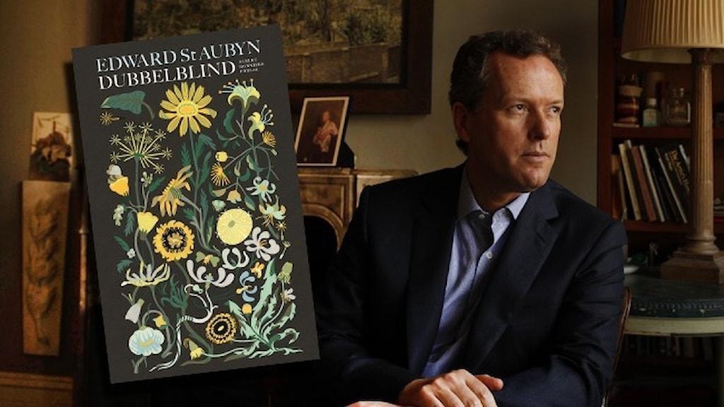 Ett porträtt av den brittiska författaren Edward St Aubyn, klädd i mörkblå kavaj och ljusblå skjorta.