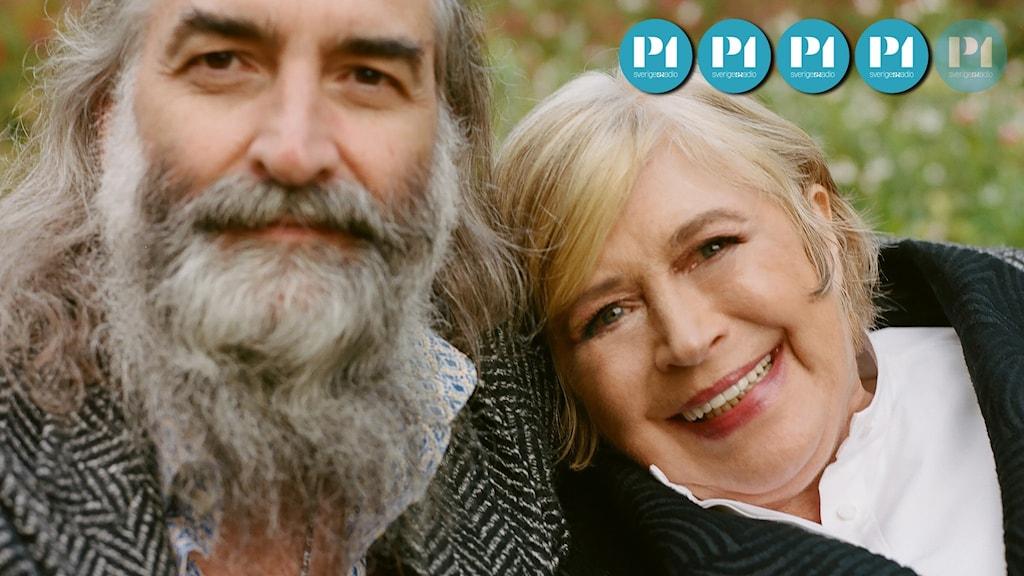 Porträtt av Warren Ellis och Marianne Faithfull, som lutar sitt huvud mot honom.