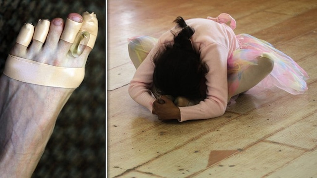 En omplåstrad fot på en balettdansare och en liten flicka i balettkläder som strechar på golvet.
