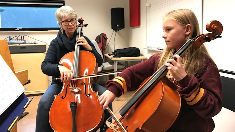 Kulturskoleeleven Svea Sahlin spelar med celloläraren Jane Petersson i Gislaved.