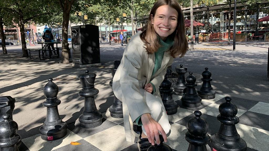 Anna Cramling spelar schack i Kungsträdgården i Stockholm
